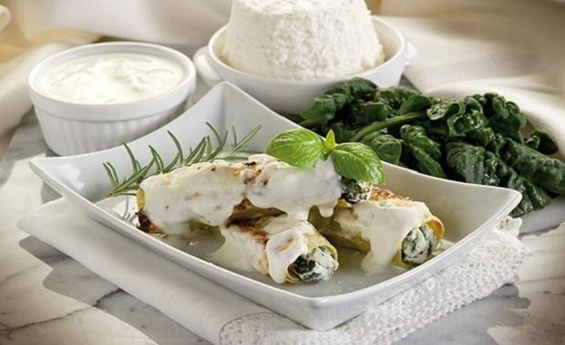 каннеллони с рикоттой и шпинатом на тарелочке