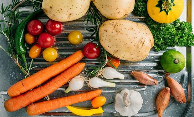 картошка, морковь, чеснок, лук, помидоры черри, зелень