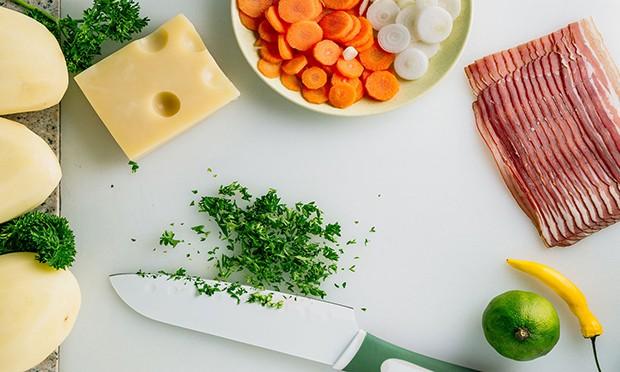 нарезанные зелень, морковка и лук, кусочек сыра