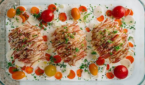 кусочки бекона в картошке, помидоры черри и специи в форме для запекания