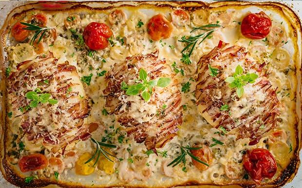 запеченная картошка с беконом, помидорами и сыром в форме