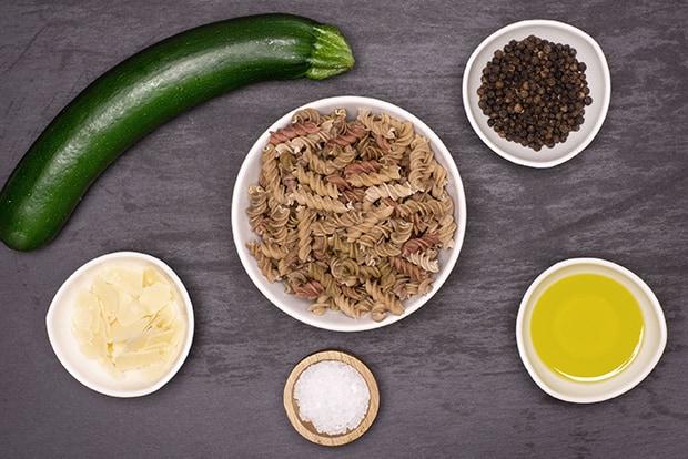 цветные макароны, перец горошком, кабачок, масло и соль