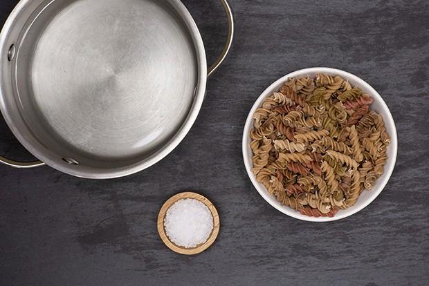 цветные макароны в тарелочке, вода в кастрюльке и соль