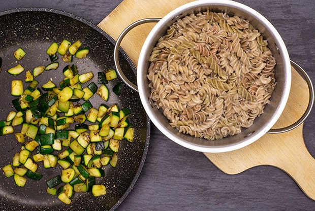 отварные макароны в кастрюле жареные кабачки в сковороде