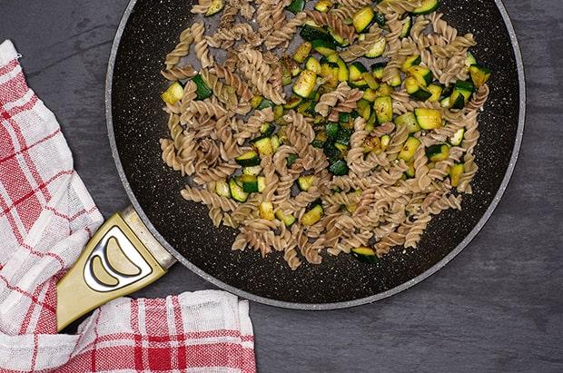 вареные макароны с жареными кабачками в сковороде