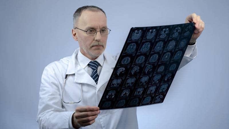 Доктор читает снимок