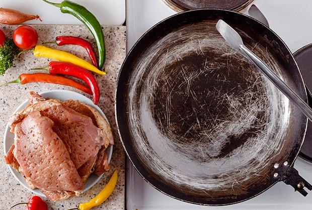 отбитая свинина, разноцветный перец и сковорода