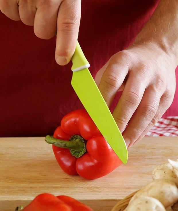красный болгарский перец нарезается ножом