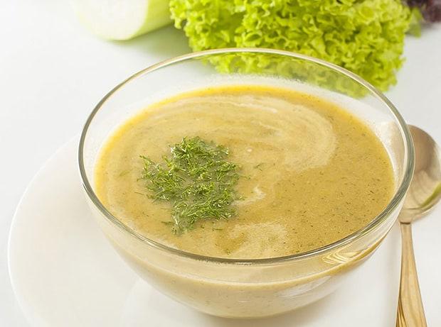 готовый овощной суп-пюре с зеленью в тарелочке
