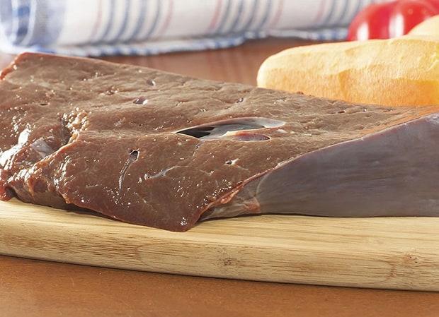 свежая говяжья печень на разделочной доске