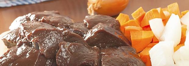 нарезанные лук, морковь и говяжья печень