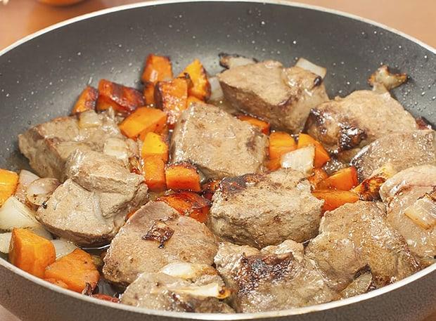 кусочки печень, лука и моркови на сковороде