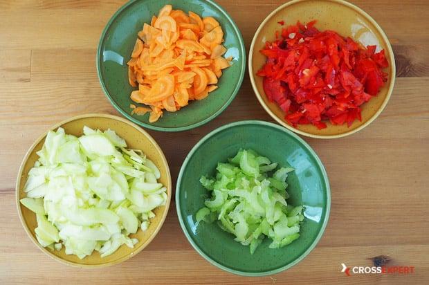 Нарезать овощи на овощное рагу
