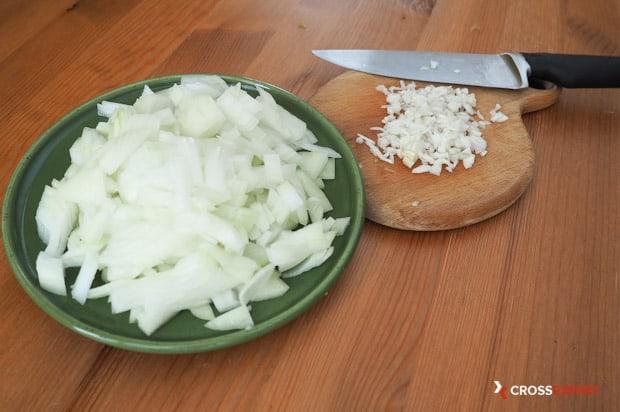 Измельчить лук и чеснок на овощное рагу