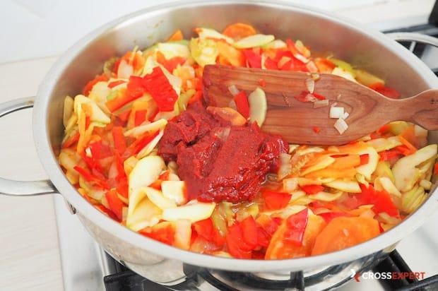 Добавить томатную пасту в овощное рагу