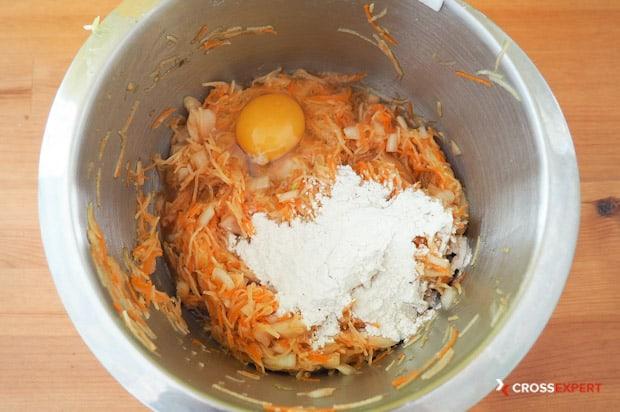 Замешиваем тесто на овощные котлеты