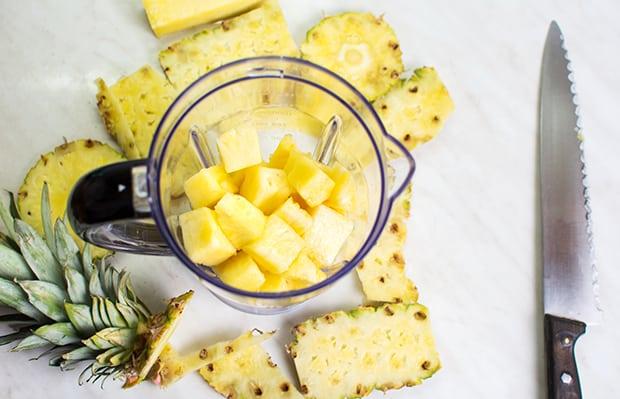 кусочки ананасов в чаше блендера