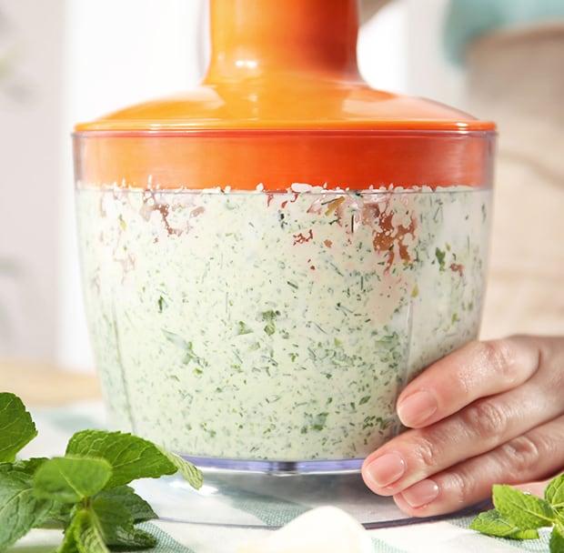 измельченная зелень с йогуртом в блендере