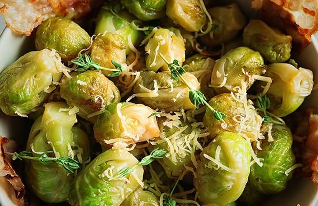 брюссельская капуста с сыром, беконом и зеленью