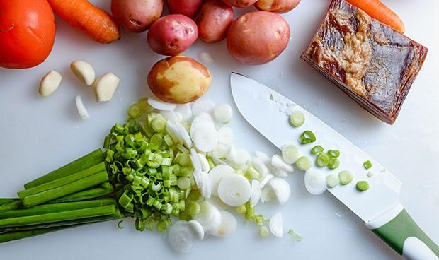 зеленый лук, бекон, картошка, морковь