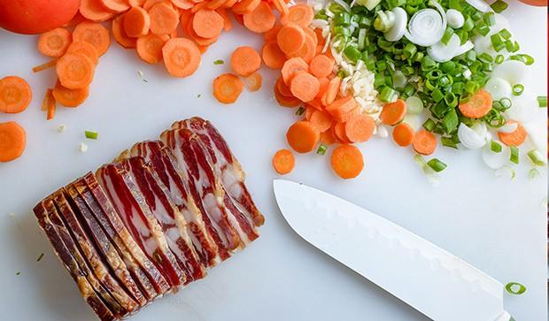 надрезанный бекон, кружочки моркови и измельченный зеленый лук