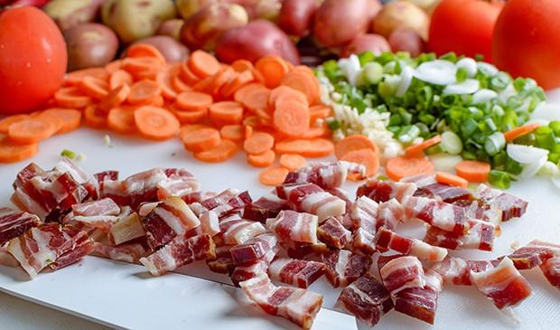 нарезанные бекон, морковь, зеленый лук