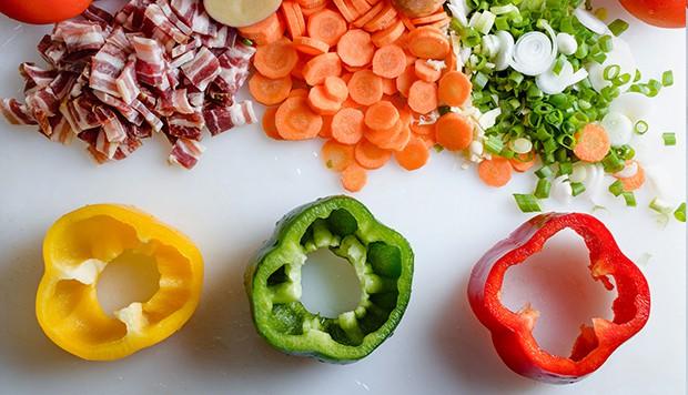 цветной перец с вырезанными серединками, морковь, бекон и зелень