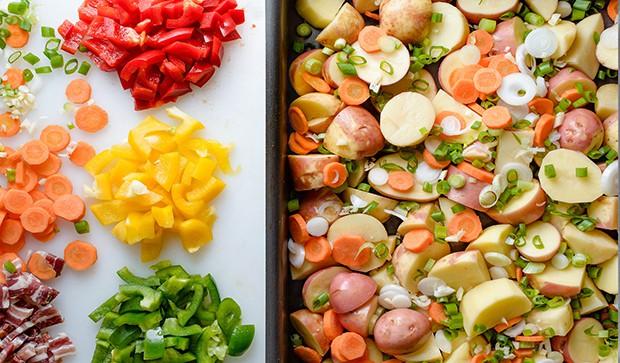 нарезанные перец, картошка, зелень и морковка в форме