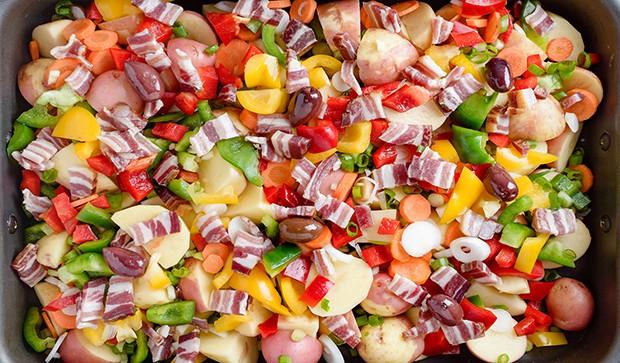 кусочки бекона с нарезанными овощами в форме