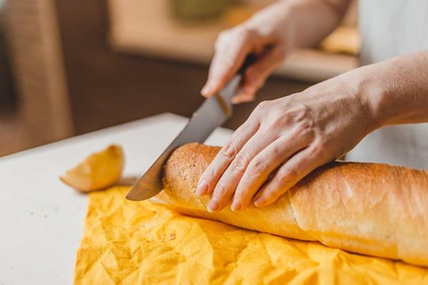 багет нарезается ножом