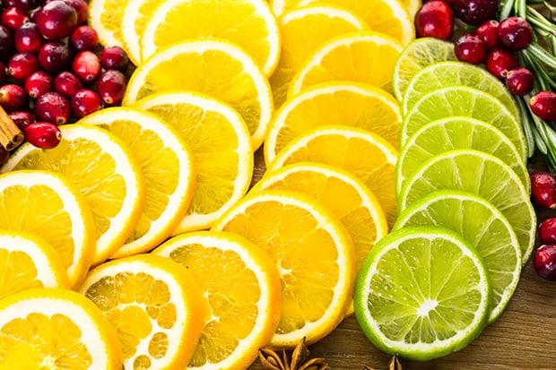 нарезанные кружочками апельсины и лайм