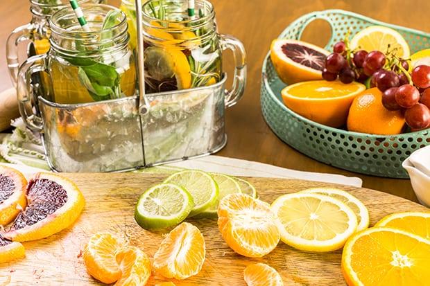 нарезанные апельсины, лайм, лимон и мандарины