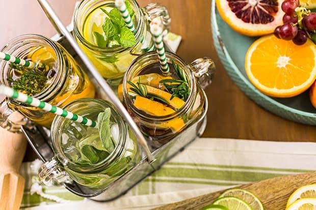 четыре баночки с цитрусовым лимонадом и зеленью