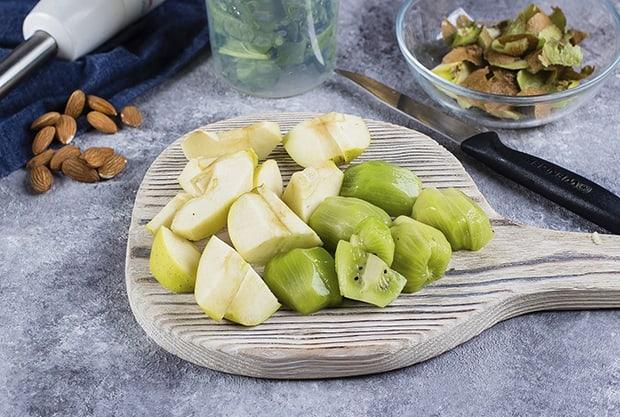 крупно нарезанные яблоки и киви