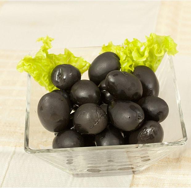 маслины с листом салата в пиале