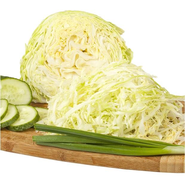 нашинкованная капуста, огурцы и зеленый лук