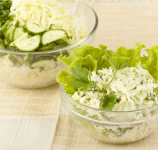 салат из капусты, огурцов и зелени в тарелке