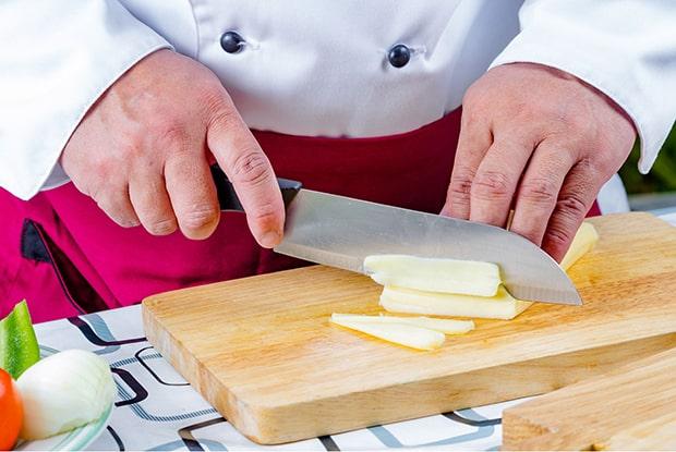 сыр нарезается тонкими полосками