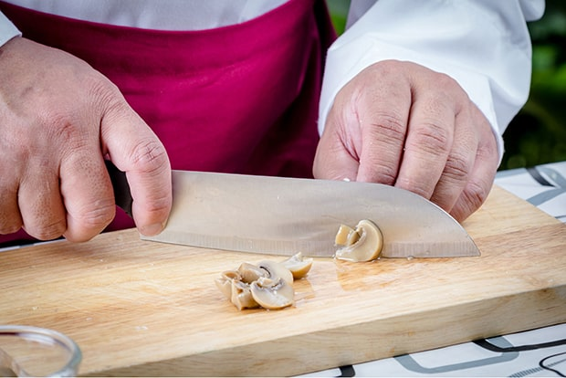 маринованные шампиньоны нарезаются кусочками