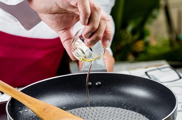 растительное масло вливается в сковороду