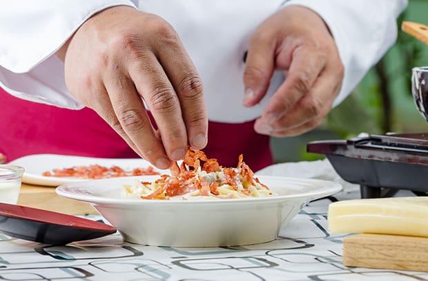 жареный бекон выкладывается поверх спагетти