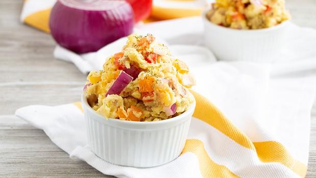 картофельный салат с луком в салатнице