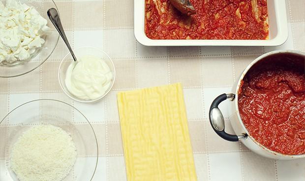 лист лазаньи, измельченные томаты, сыр
