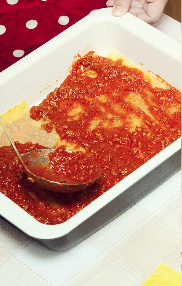 томатный соус поверх листов лазаньи