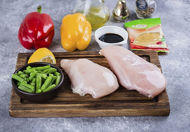 куриные грудки, перец, фасоль стручковая, соевый соус и специи