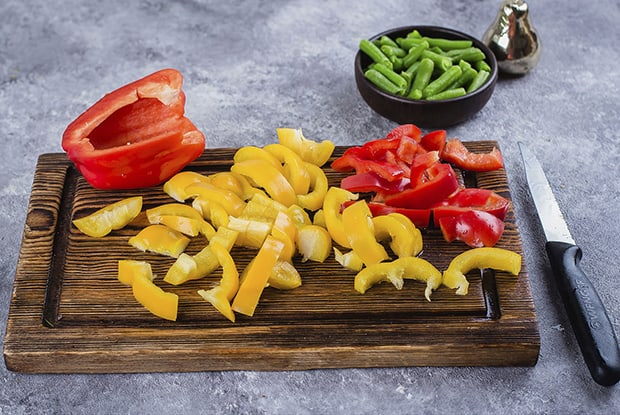 нарезанный красный и желтый болгарский перец, стручковая фасоль