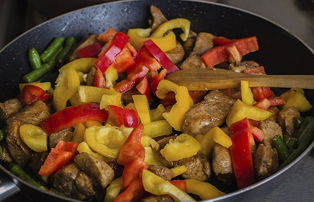 кусочки жареной курицы с болгарским перцем