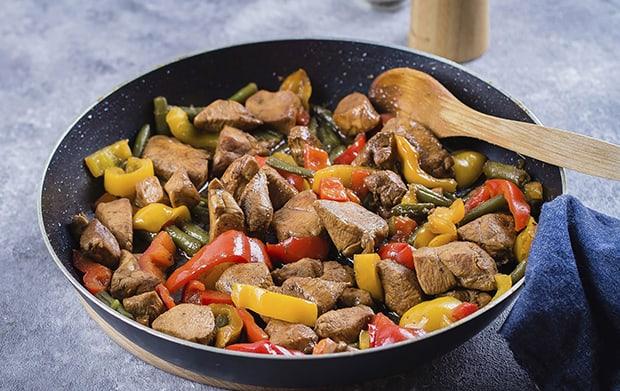 кусочки жареной курицы со стручковой фасолью и перцем