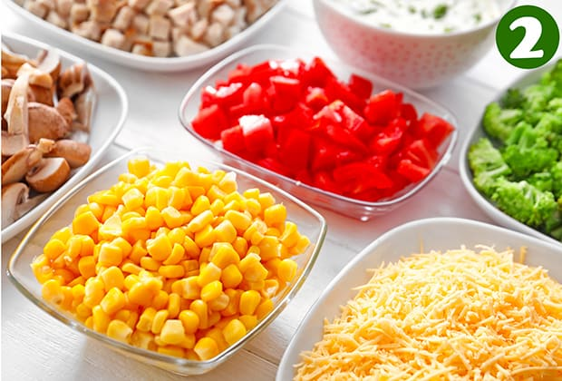 нарезанный перец, грибы, брокколи, тертый сыр и кукуруза