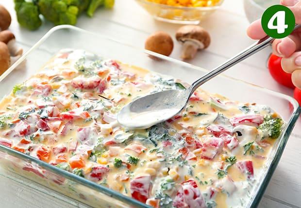 нарезанные овощи смазываются йогуртовой заправкой